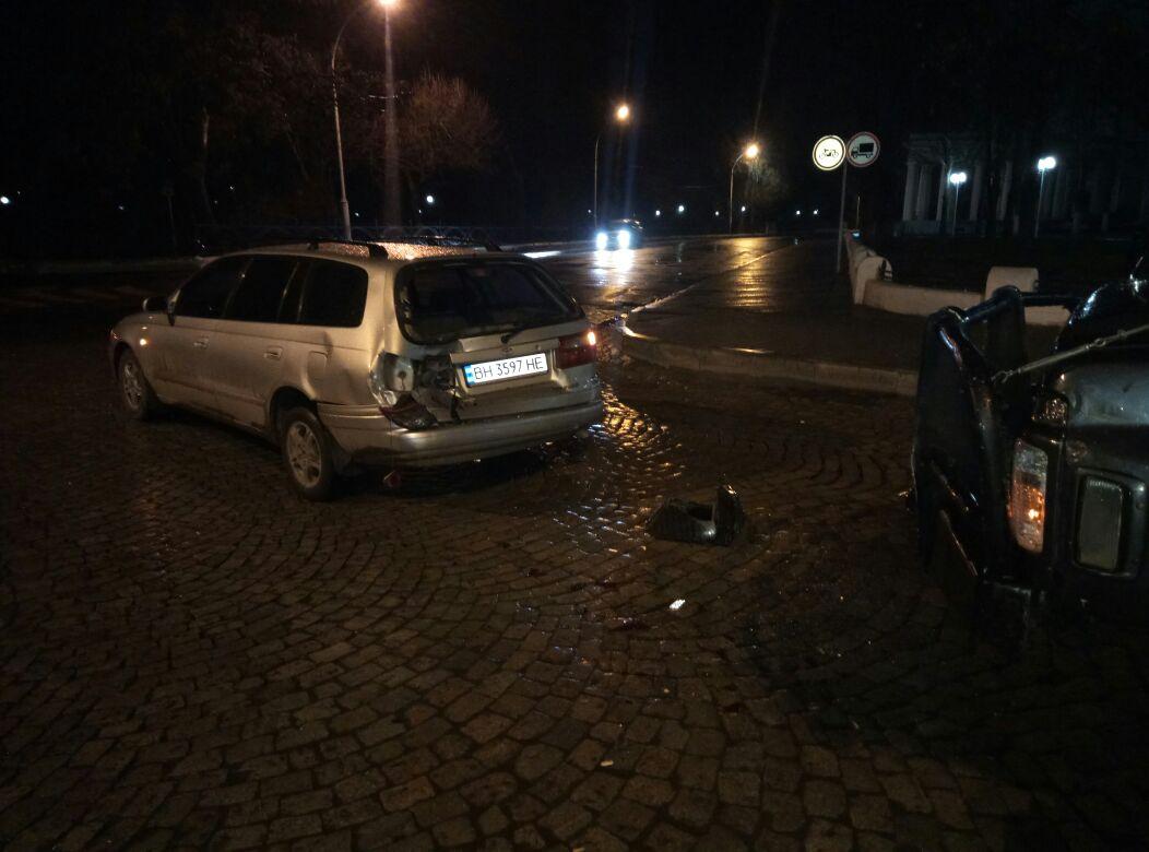 Мокрая брусчатка и несоблюдение дистанции стало причиной ночного ДТП в Измаиле