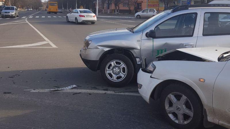 23463434 Измаил: на площади Мира не поделили дорогу Renault и Nissan