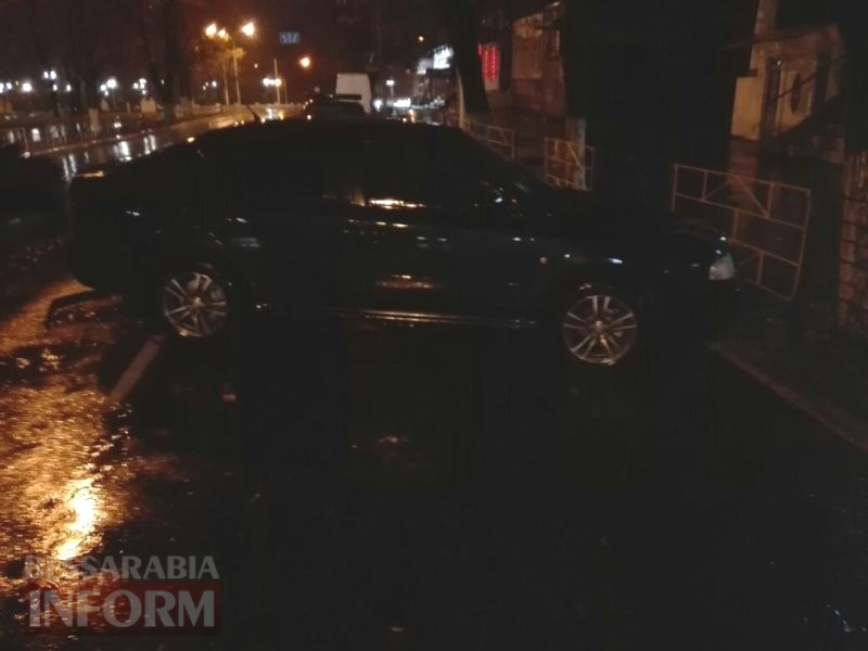 Минувшей ночью в Измаиле ВАЗ влетел в Пушкинский сквер