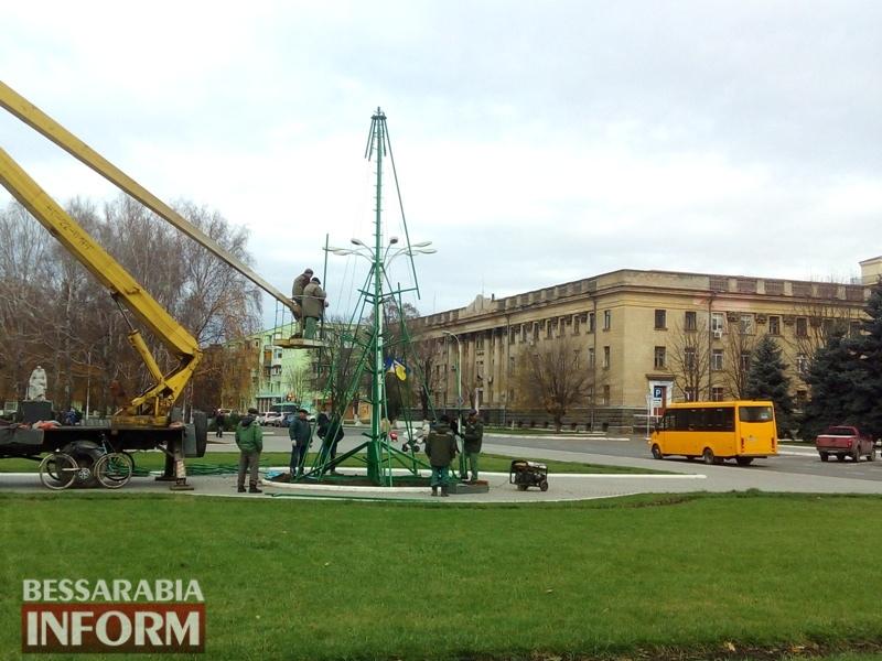 В Измаиле дан старт подготовке к Новому году: на главной городской площади устанавливают ёлку
