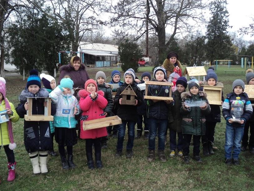 В селе Измаильского района второклассники вместе с родителями устроили птичью столовую в парке возле школы
