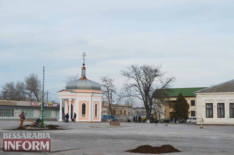 На Центральной площади Килии одновременно завершают реконструкцию и готовятся к Новому году (фото)