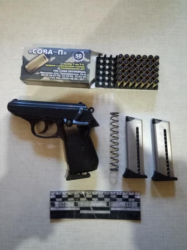 Дома у жителя Измаила нашли тайник с заряженным пистолетом и коробкой патронов