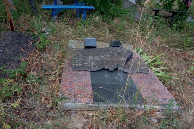 В Маяках поймали женщину, которая по пьяни трощила памятники на местном кладбище