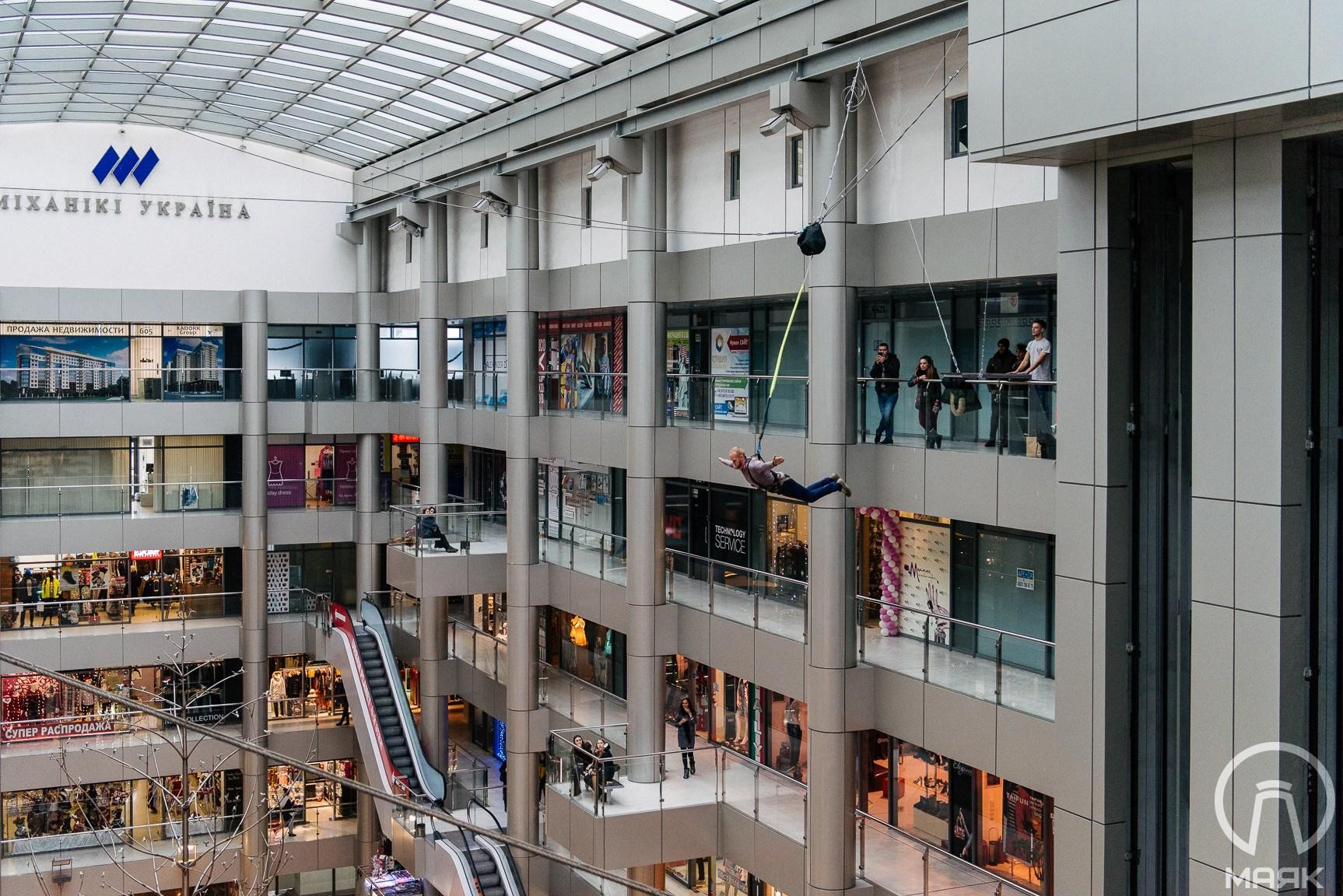 В Одессе можно за деньги прыгнуть с шестого этажа торгового центра