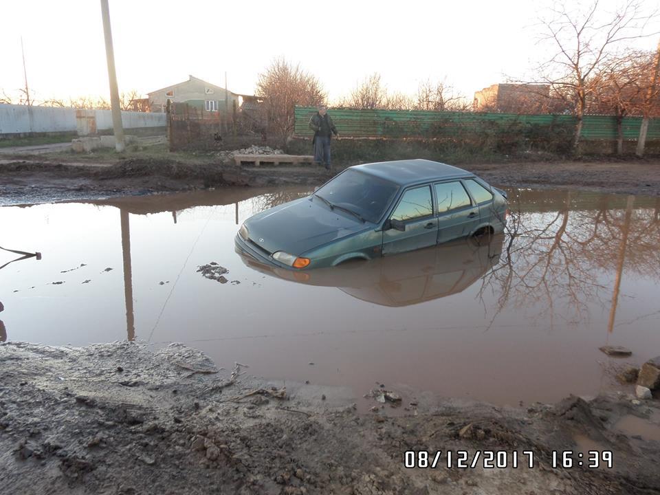 В Белгород-Днестровском посреди дороги утонул автомобиль
