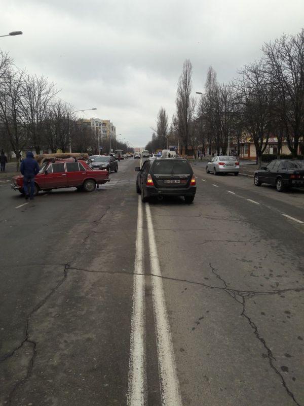 """В Измаиле возле """"Росинки"""" не разъехались ВАЗ-2103 иSubaru"""