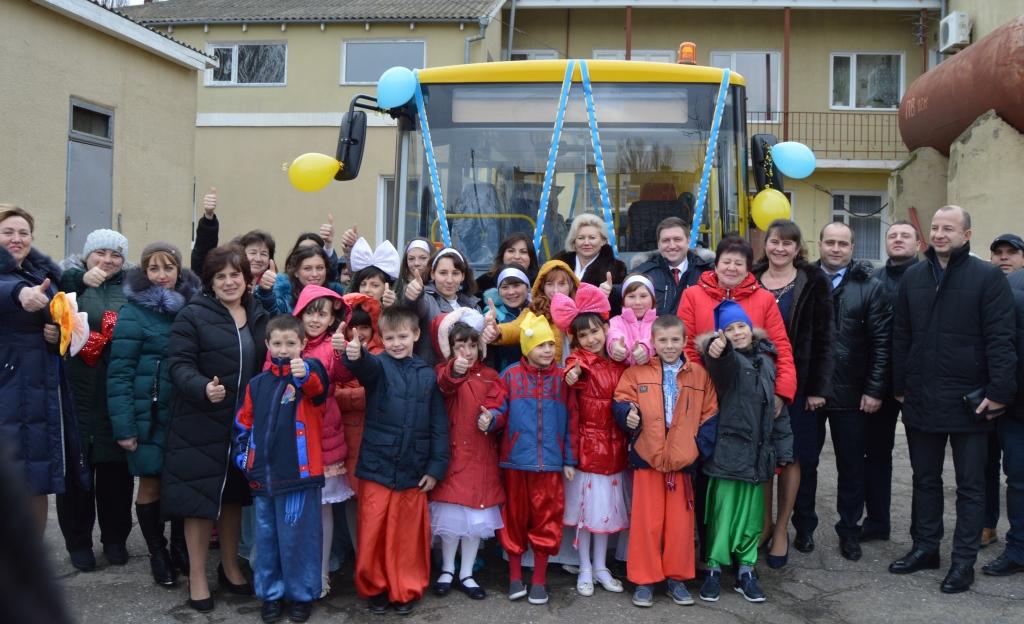 Новенький школьный автобус детям Белгород-Днестровского Центра реабилитации  подарили районные власти