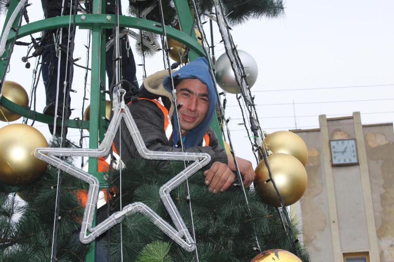 В Аккермане на площади перед мэрией установили главную новогоднюю ёлку