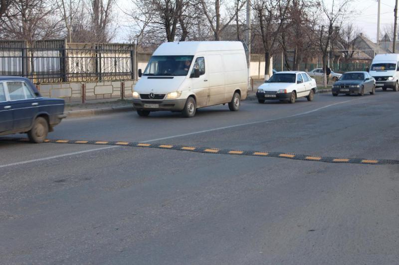 """В Белгороде-Днестровском возле учебных заведений устанавливают """"лежачих полицейских"""""""