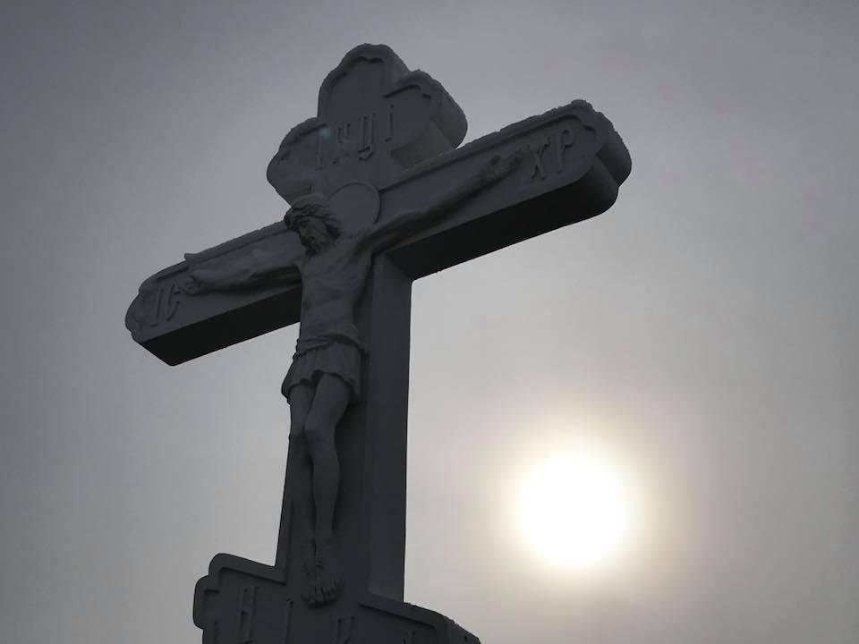 На въезде в Килию установили и освятили новый придорожный крест