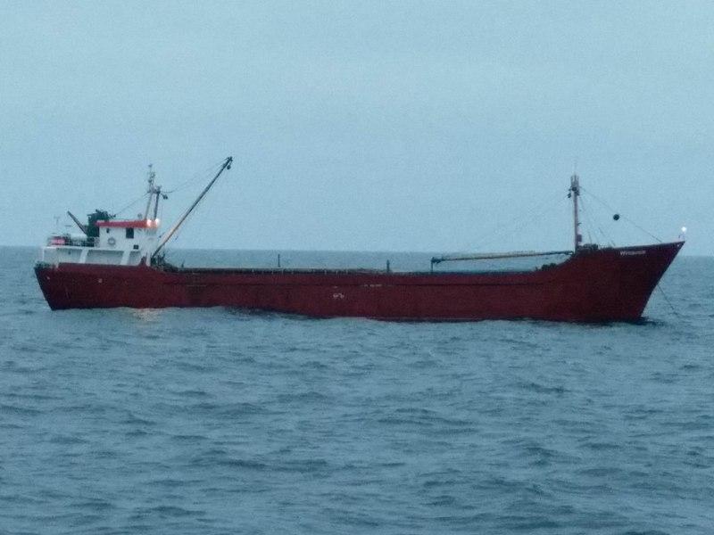 В Черном море задержали иностранное судно с контрабандой: военным пришлось открыть предупредительный огонь