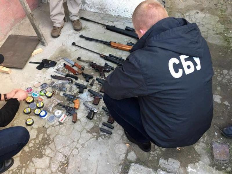 Житель Белгород-Днестровского реставрировал и переделывал на боевое травматическое оружие для продажи
