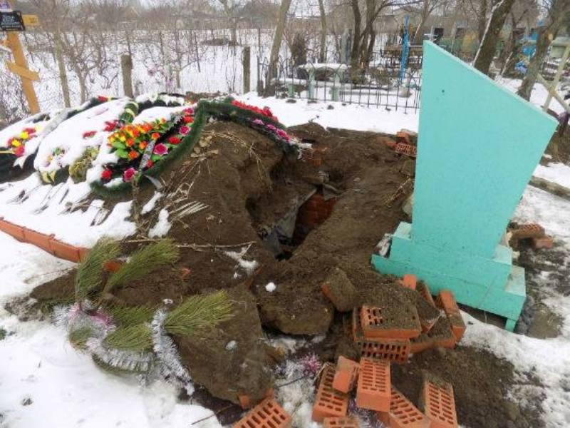 Белгород-Днестровский р-н: в Шабо вандалы разрушили склеп на кладбище, открыв при этом доступ к гробу