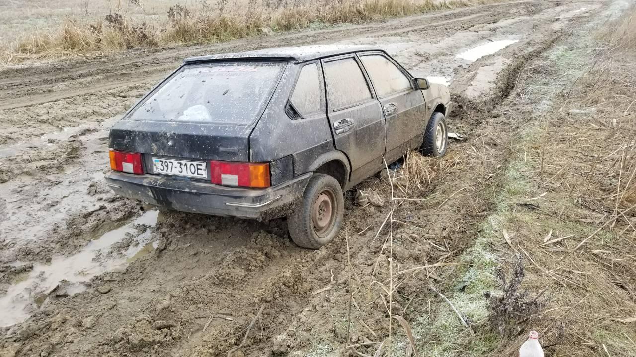 Застрявшие в болоте: пассажиры легковушки, направляющейся из Килии в Вилково, всю ночь прождали помощи в поле