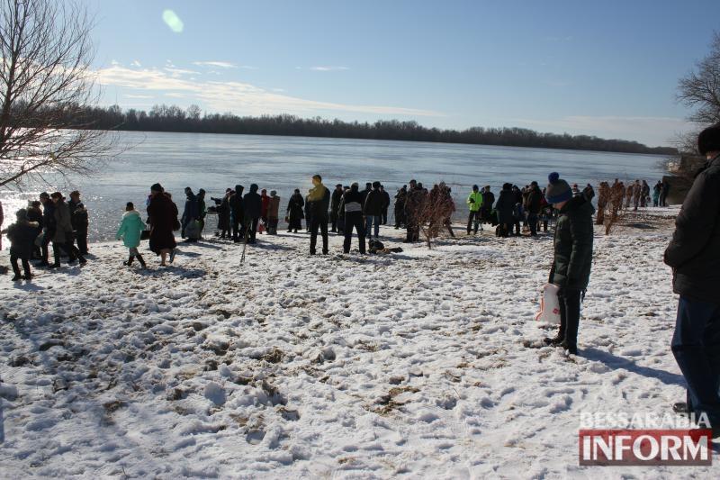 Соблюдая традиции: в Измаиле на Крещение горожане пополняли запасы священной воды и окунались в Дунай