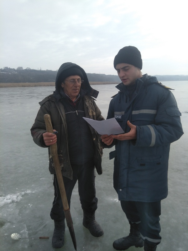 Болград: вслед за рыбаками на лед озера Ялпуг вышли спасатели