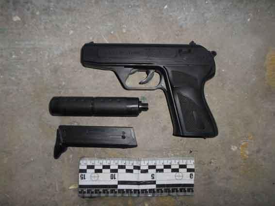 В Измаиле продавщица, приняв игрушечный пистолет за боевой, все же не растерялась и прогнала грабителя прочь