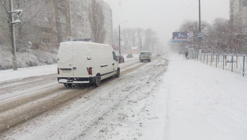 Заснеженный Аккерман: коммунальщики расчищают улицы города от снега