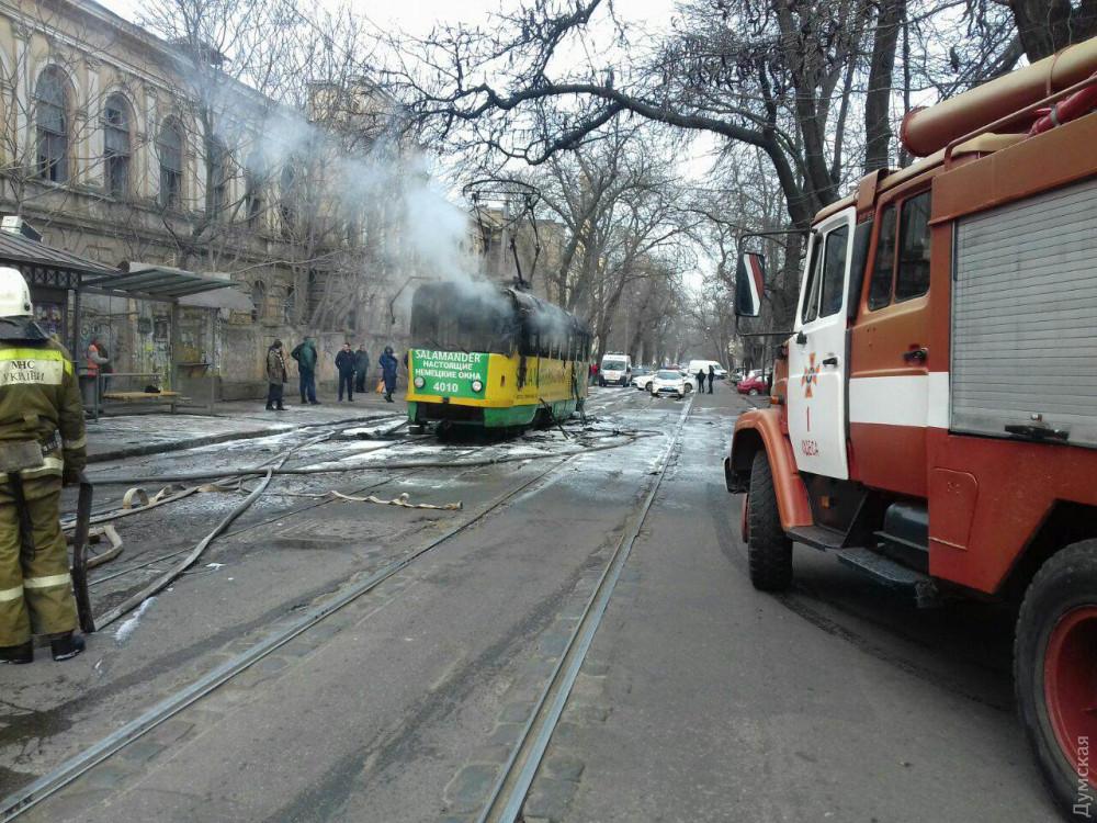 В Одессе на ходу загорелся трамвай: пассажиры в панике ринулись выбивать двери и окна, женщина сломала ногу