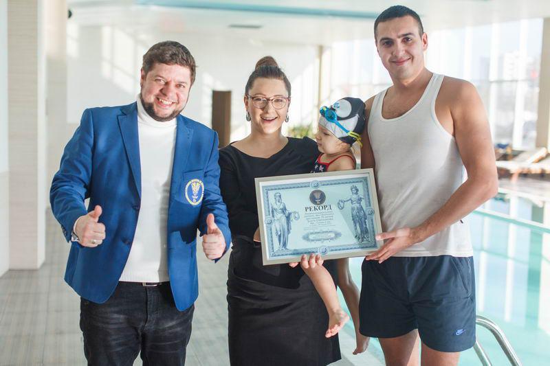 Трехлетняя рекордсменка из Одессы с легкостью проплывает кролем и брассом 50 метров