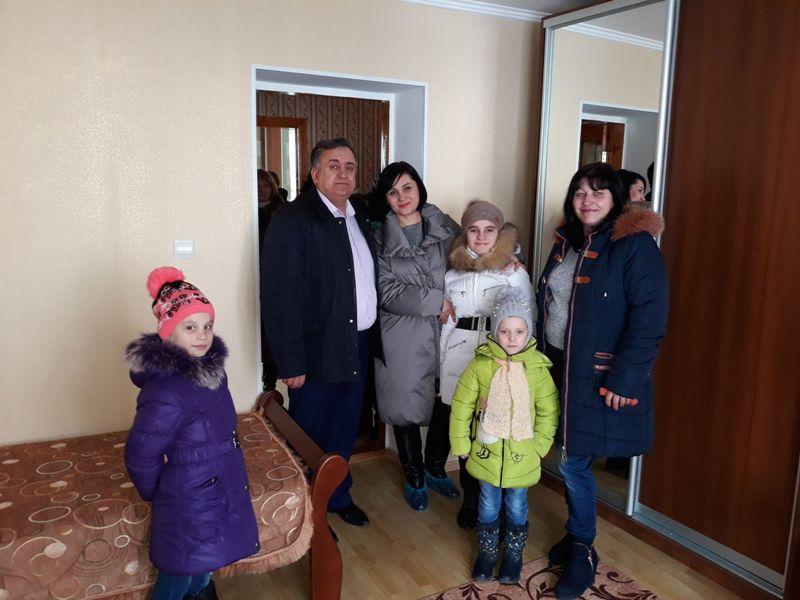 Открытие детского дома семейного типа в Тарутино: приемная семья получила просторную двухэтажную квартиру