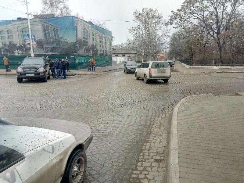 Авария возле памятника Суворову в Измаиле: Toyota не уступила Lexus-у