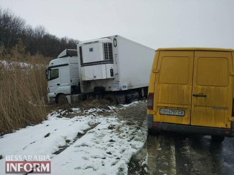 На трассе Одесса-Рени фура на европейских номерах провалилась в кювет