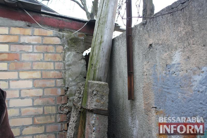 В центре Измаила вот-вот рухнет столб ЛЭП, опирающийся на бетонный забор