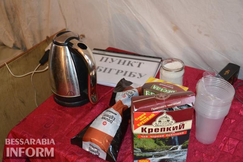 Спасатели Измаила дарят тепло мерзнущим горожанам и угощают их горячим чаем