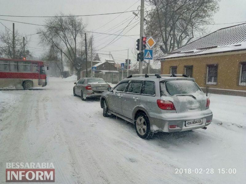 """""""Скользкие улицы, иномарки целуются"""": авария на заснеженной дороге в Измаиле"""