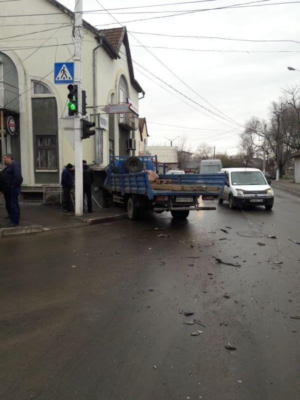 В Измаиле в результате ДТП грузовик въехал в стену здания, водителя увезли в больницу