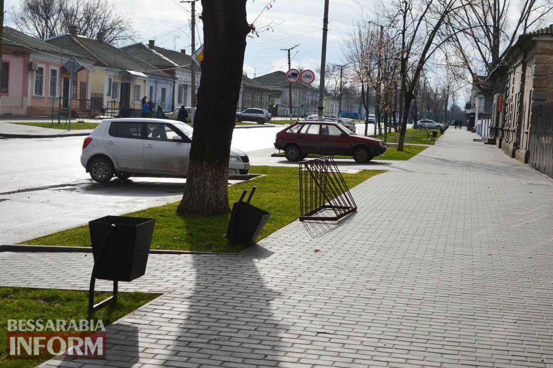 На главной улице Килии хулиганили подростки - пострадало 9 урн