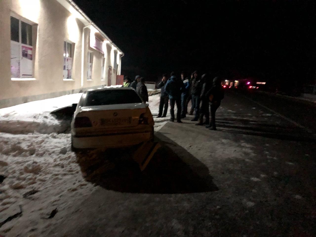 В Татарбунарах автомобиль BMW от столкновения со стеной спас сугроб снега
