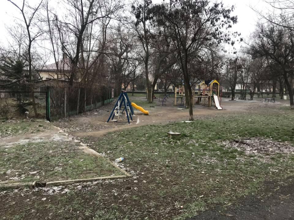 В Аккермане наркоманы облюбовали заброшенное здание рядом с детской площадкой и учебными заведениями (фото)