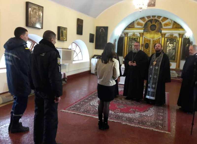 Накануне Пасхи спасатели Измаила провели инструктаж по пожарной безопасности в церквях
