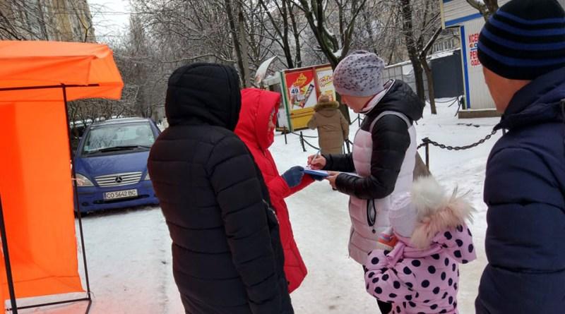 Одесские родители передали депутатам собранные подписи с требованием коррекции реформы образования