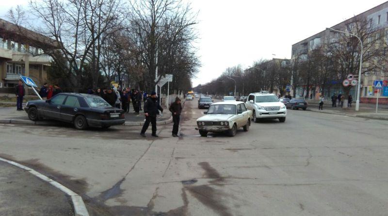 ДТП на проспекте Мира в Измаиле: Mercedes снес дорожный знак и выскочил на тротуар