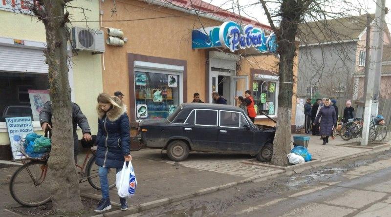 Водителя, который в пьяном виде протаранил дерево возле Килийского рынка, наказали лишением прав и штрафом