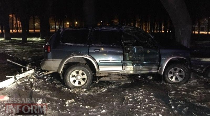 Ночное ДТП в Измаиле: водитель внедорожника не удержал автомобиль на скользкой дороге и снес электрический столб