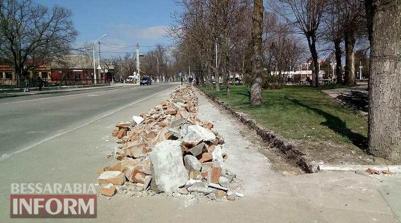 В Измаиле приступили к ремонту ограды в Покровском сквере