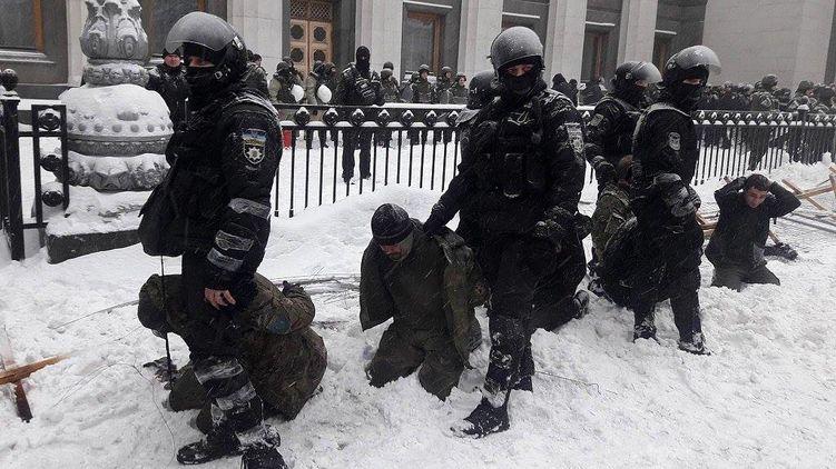 В Киеве под ВР жестко зачистили МихоМайдан. Задержано более 100 человек, есть раненные