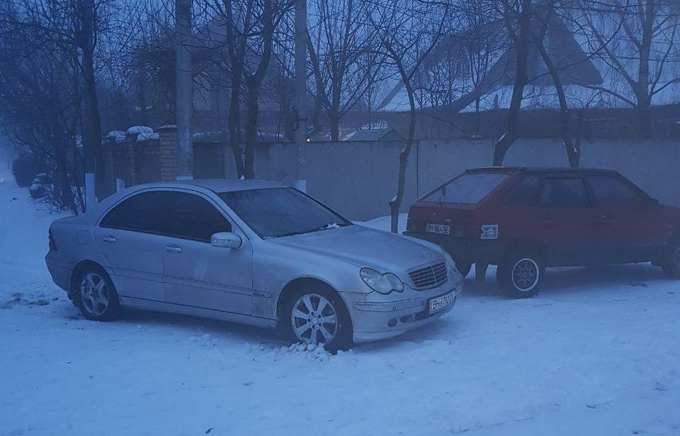В Измаиле автомобиль Subaru слетел с заснеженной дороги в ливнесток