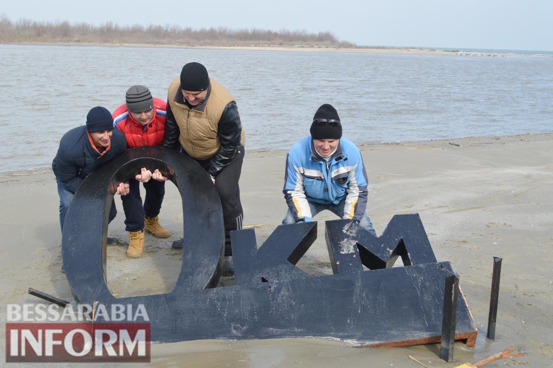 В Вилково из-за паводка и сильного шторма упали знак нулевого километра и герб (фото)