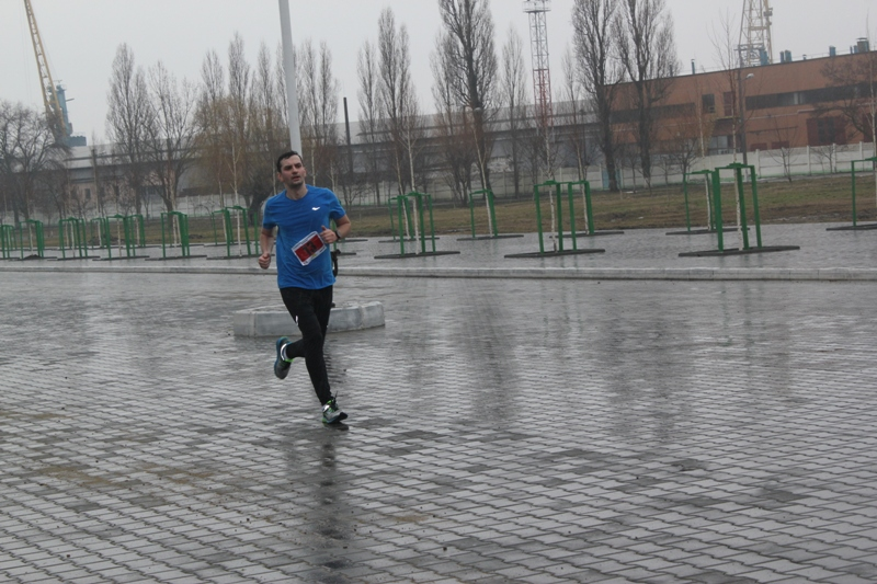 Мокрая гонка: День Кобзаря в Измаиле отметили массовым легкоатлетическим пробегом