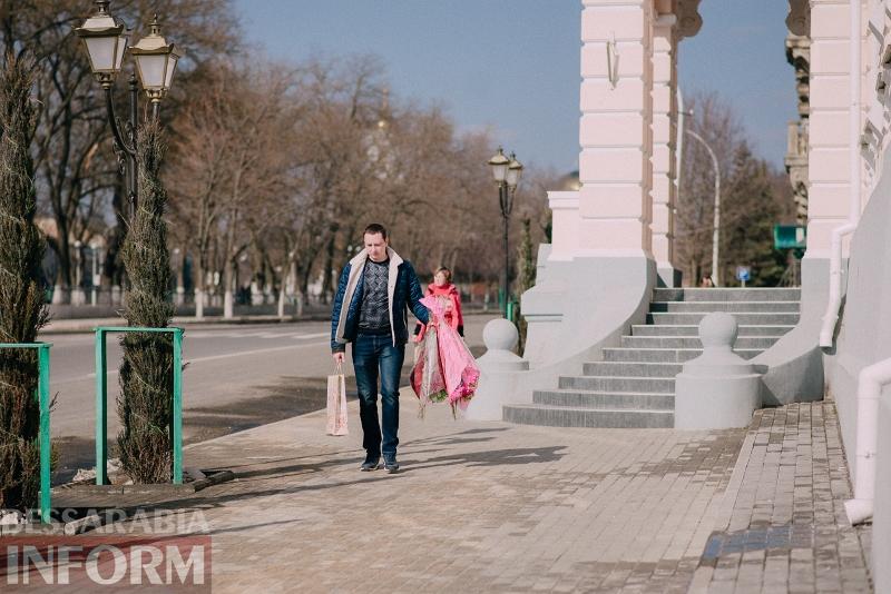 Парад тюльпанов и улыбок. Как измаильчане поздравляли измаильчанок с 8 Марта (фоторепортаж)
