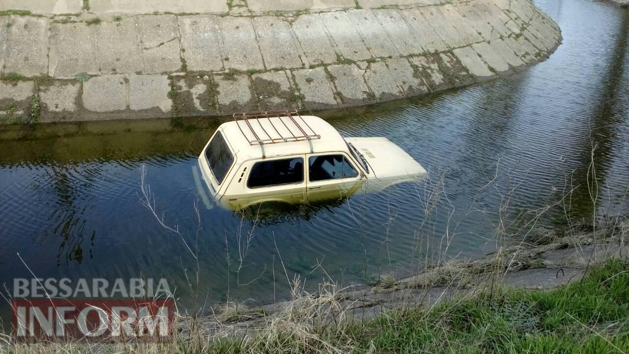 """В Килийском районе, залетев на """"Ниве"""" в оросительный канал, погиб водитель (фото 18+)"""
