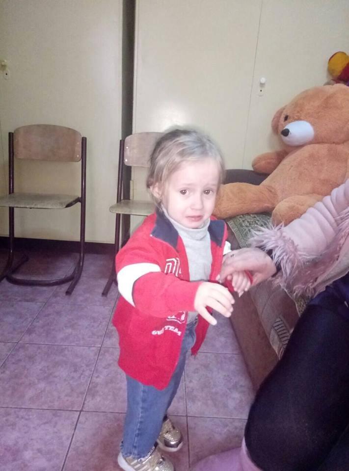 Сложные жизненные обстоятельства вынудили семью одесситов отказаться от маленькой дочки — отец оставил девочку на рынке