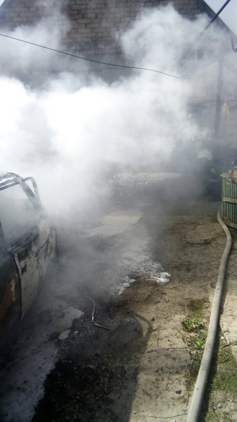 В Измаиле во дворе частного дома загорелся легковой автомобиль