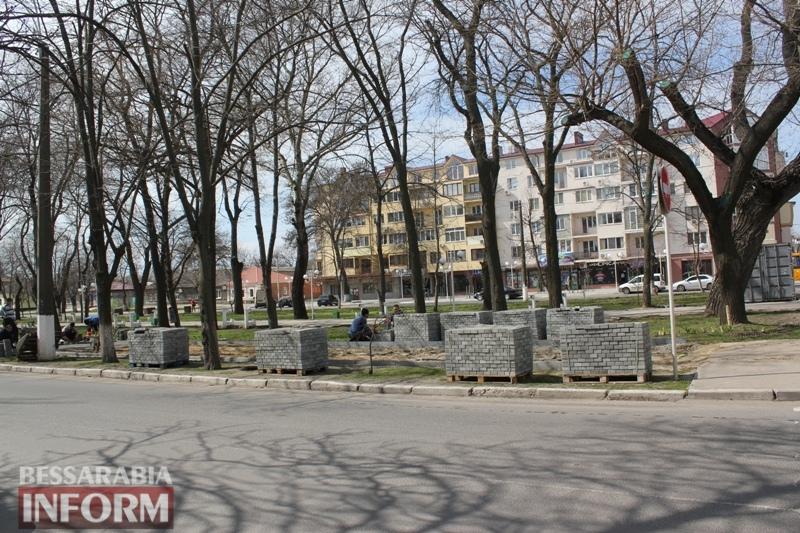 Фотофакт: в Измаиле открыли сезон укладки тротуарной плитки